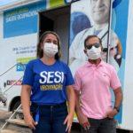 Representante do Sesi e Antônio Barbosa em frente a cabine de vacinação